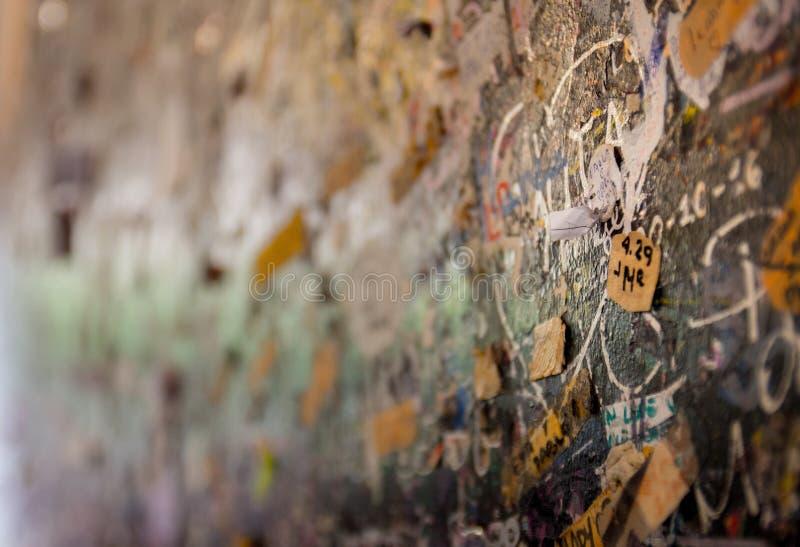 Τα μηνύματα αγάπης επιθυμούν τον τοίχο στο σπίτι της Juliet, Βερόνα, Ιταλία στοκ εικόνες με δικαίωμα ελεύθερης χρήσης
