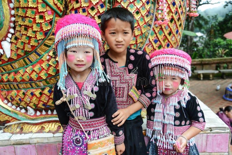 Τα μη αναγνωρισμένα παιδιά 4-6 Hmong χρονών συλλέγουν για τη φωτογραφία στοκ εικόνα