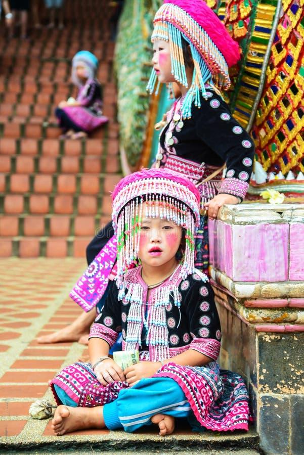Τα μη αναγνωρισμένα παιδιά 4-6 Hmong χρονών συλλέγουν για τη φωτογραφία στοκ φωτογραφία με δικαίωμα ελεύθερης χρήσης