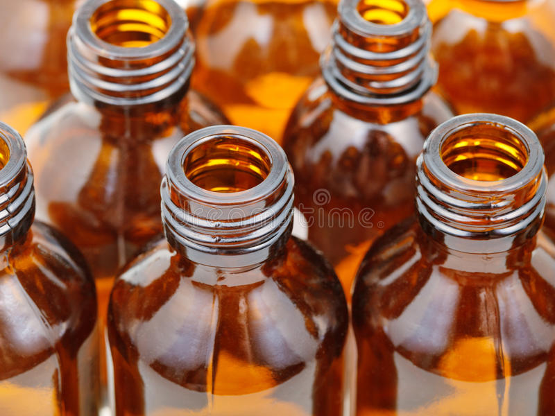 Τα μικρά ανοικτά καφετιά μπουκάλια φαρμακείων γυαλιού κλείνουν επάνω στοκ εικόνες