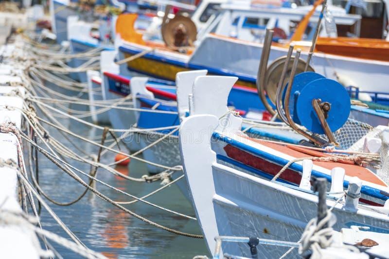 Τα μικρά ελληνικά αλιευτικά σκάφη είναι δεμένα με το σχοινί στην αποβάθρα στοκ εικόνες με δικαίωμα ελεύθερης χρήσης
