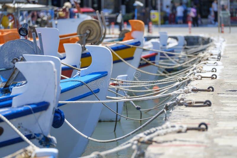 Τα μικρά ελληνικά αλιευτικά σκάφη είναι δεμένα με το σχοινί στην αποβάθρα στοκ εικόνες