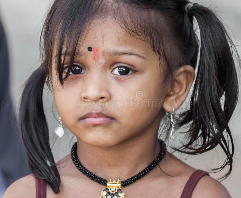 Τα μικρά ινδικά κορίτσια με τα μεγάλα καφετιά μάτια στο Batu ανασκάπτουν κοντά στο Κ στοκ φωτογραφίες