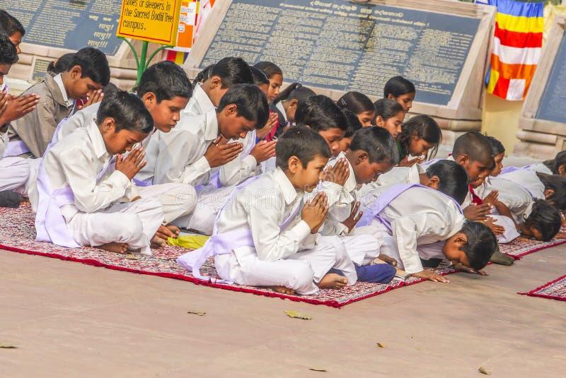 Τα μικρά παιδιά προσεύχονται στο θιβετιανό βουδιστικό μοναστήρι Sarnath στοκ φωτογραφίες
