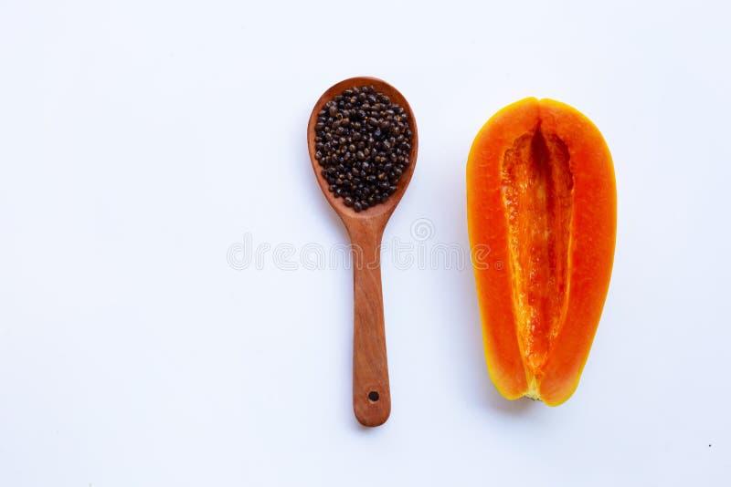 Τα μισά από τα ώριμα papaya φρούτα μετά από παίρνει τους σπόρους έξω στο άσπρο backgrou στοκ εικόνες