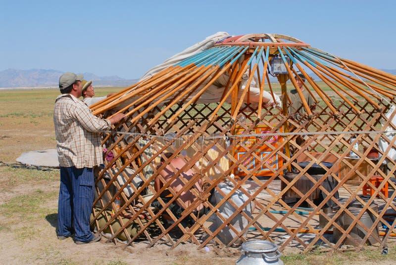 Τα μογγολικά άτομα συγκεντρώνουν yurt τη νομαδική σκηνή στη στέπα σε Kharkhorin, Μογγολία στοκ φωτογραφία
