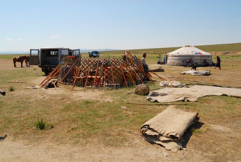 Τα μογγολικά άτομα συγκεντρώνουν yurt τη νομαδική σκηνή στη στέπα σε Kharkhorin, Μογγολία στοκ εικόνα με δικαίωμα ελεύθερης χρήσης