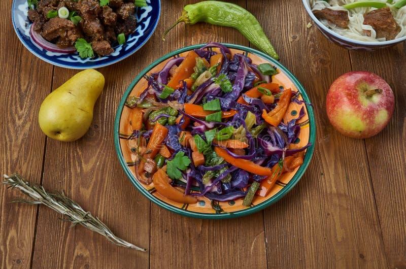 Τα μογγολικά veggies ανακατώνουν τα τηγανητά στην πικάντικη σάλτσα πιπεροριζών σόγιας στοκ φωτογραφίες