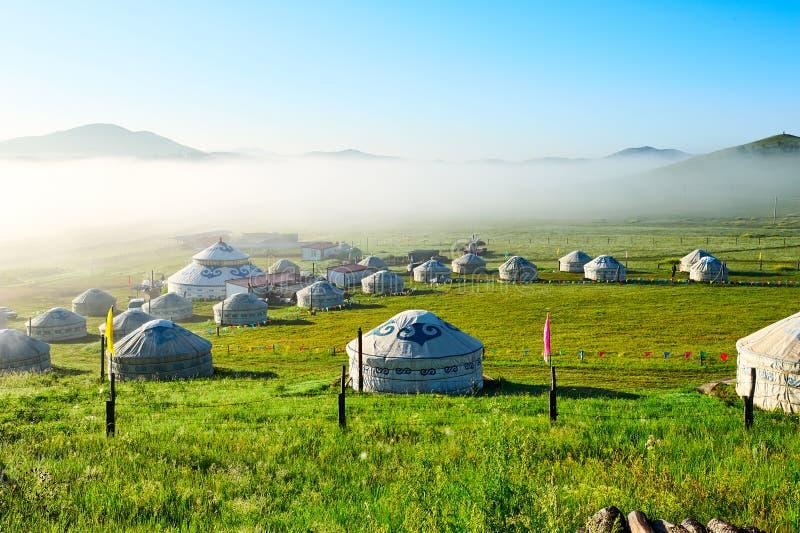 Τα μογγολικά yurts στη στέπα sunmmer στοκ εικόνες