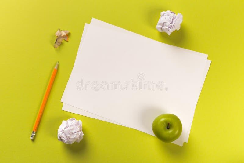 Τα μολύβια με το ακόνισμα των ξεσμάτων με τα φύλλα της Λευκής Βίβλου χρωματισμένος backgroung, εργαλείο γραφείων, πράσινο μήλο, κ στοκ φωτογραφία με δικαίωμα ελεύθερης χρήσης
