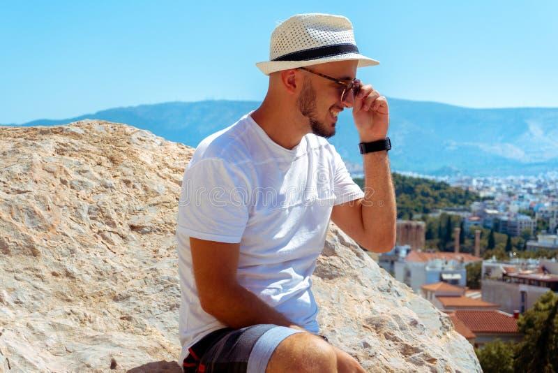 Τα μοντέρνα γυαλιά ηλίου των Η.Ε ατόμων εξετάζουν την άποψη πόλεων από τον υψηλό λόφο στοκ εικόνα με δικαίωμα ελεύθερης χρήσης