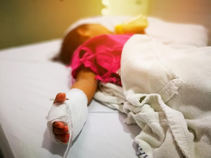 Τα μουτζουρωμένα παιδιά είναι άρρωστος ύπνος και χρησιμοποιούν την αλατούχο λύση στο νοσοκομείο, αιτίες κλιματικής αλλαγής η γρίπ στοκ φωτογραφίες