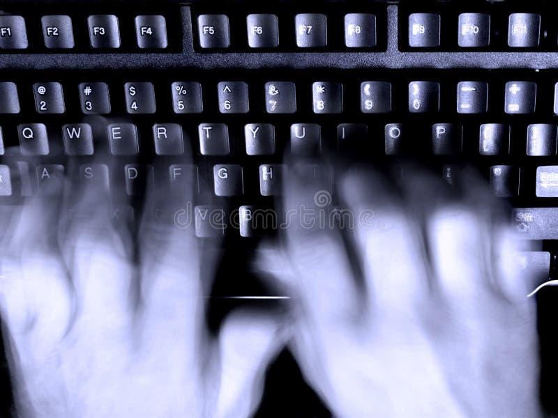 τα μουτζουρωμένα χέρια πληκτρολογούν τη δακτυλογράφηση στοκ εικόνες με δικαίωμα ελεύθερης χρήσης
