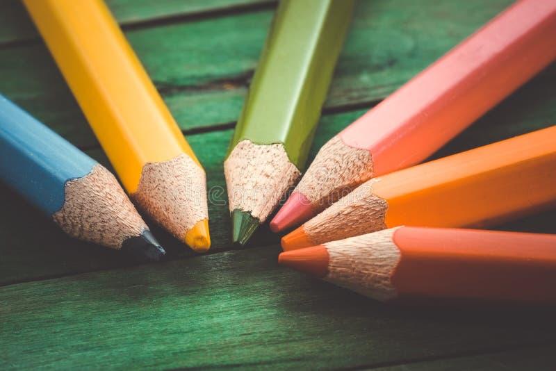 Τα μολύβια χρώματος με το φίλτρο επηρεάζουν τον αναδρομικό τρύγο στοκ εικόνες με δικαίωμα ελεύθερης χρήσης