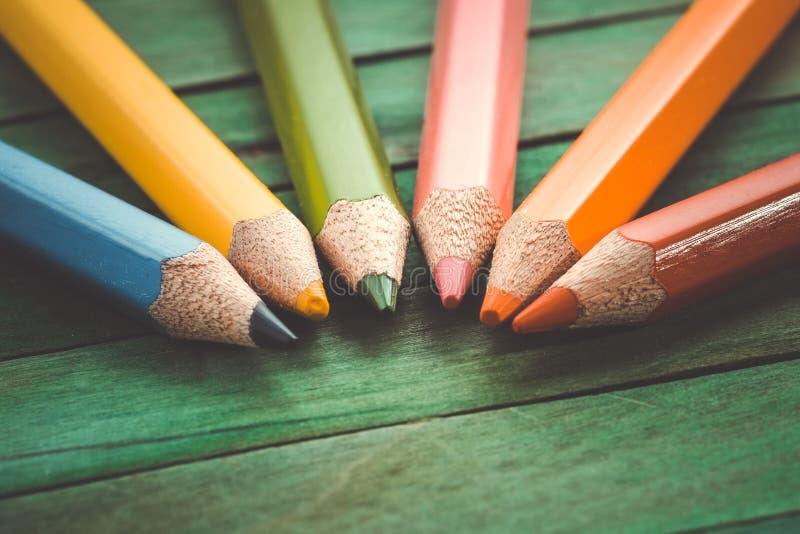 Τα μολύβια χρώματος με το φίλτρο επηρεάζουν τον αναδρομικό τρύγο στοκ εικόνες