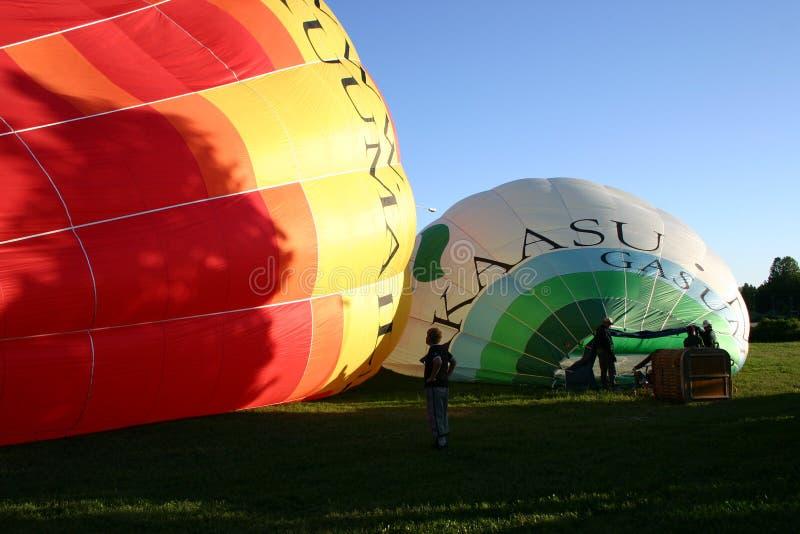 Τα μπαλόνια ζεστού αέρα γεμίζουν επάνω στοκ εικόνες
