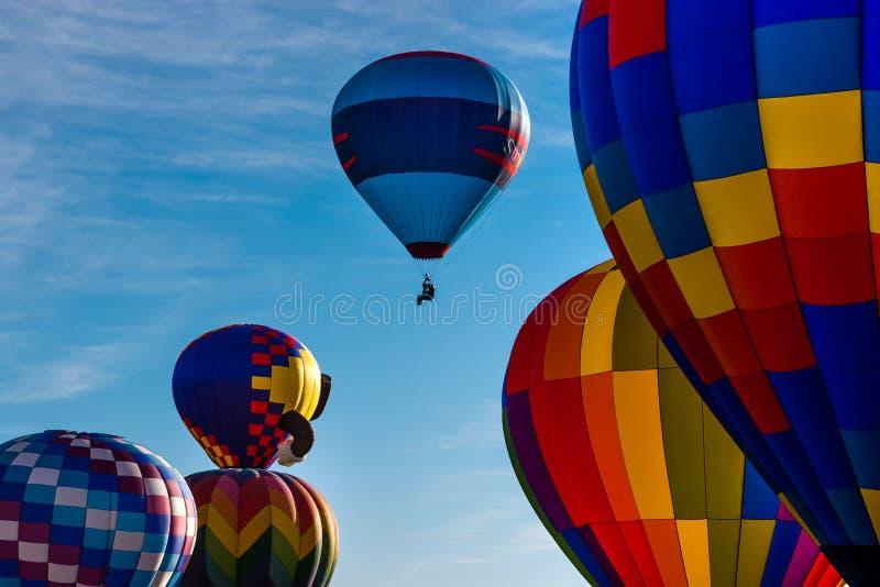 Τα μπαλόνια ζεστού αέρα τρέπονται σε φυγή στοκ φωτογραφία με δικαίωμα ελεύθερης χρήσης