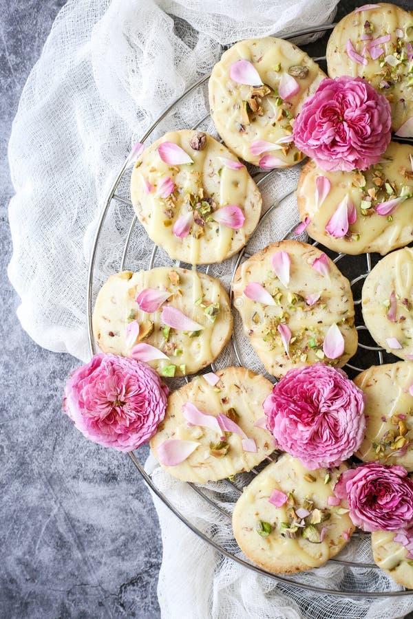 Τα μπισκότα κουλουρακιών με τα φυστίκια και αυξήθηκαν πέταλα στοκ φωτογραφία με δικαίωμα ελεύθερης χρήσης