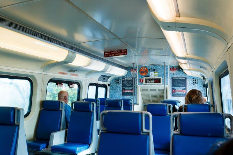 Τα μπλε καθίσματα μέσα στο βαγόνι εμπορευμάτων επιβατών στην τρι ράγα εκπαιδεύουν στην πλατφόρμα στο δυτικό Palm Beach, στοκ φωτογραφίες