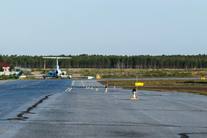 Τα μπλε φω'τα αερολιμένων στην κίτρινη γραμμή Παλαιά αεροσκάφη στο υπόβαθρο στοκ εικόνα με δικαίωμα ελεύθερης χρήσης