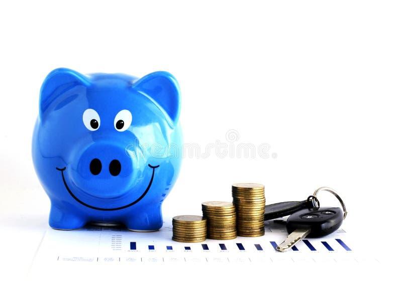 Τα μπλε piggy νομίσματα τραπεζών και χρημάτων συσσωρεύουν και το κλειδί αυτοκινήτων για τα δάνεια συμπυκνωμένα στοκ εικόνες με δικαίωμα ελεύθερης χρήσης