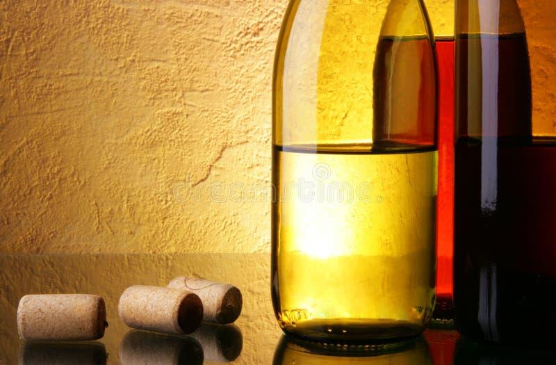 τα μπουκάλια βουλώνουν το κρασί στοκ εικόνες