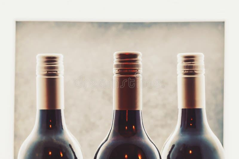 Τα μπουκάλια κρασιού κλείνουν επάνω στο κατάστημα κρασιού στοκ φωτογραφία με δικαίωμα ελεύθερης χρήσης