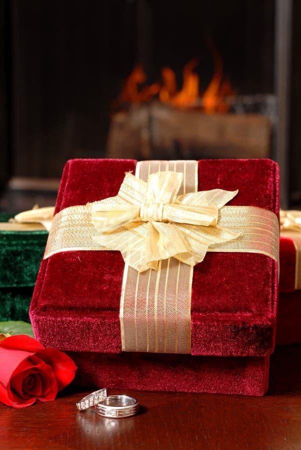 Download τα μπροστινά δαχτυλίδια δώρων πυρκαγιάς Χριστουγέννων αυξήθηκαν γάμος Στοκ Εικόνα - εικόνα από γάμος, χριστούγεννα: 1535411