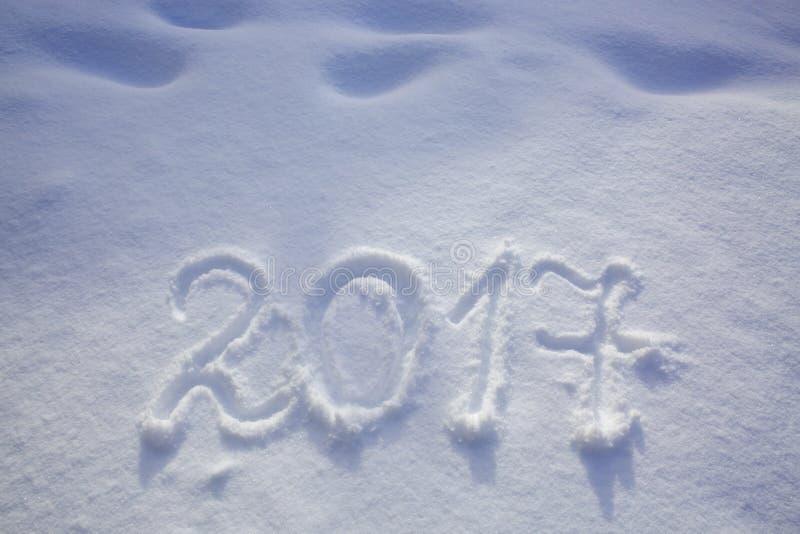 Τα νέα έτη χρονολογούν το 2017 που γράφεται στο χιόνι στοκ φωτογραφία με δικαίωμα ελεύθερης χρήσης