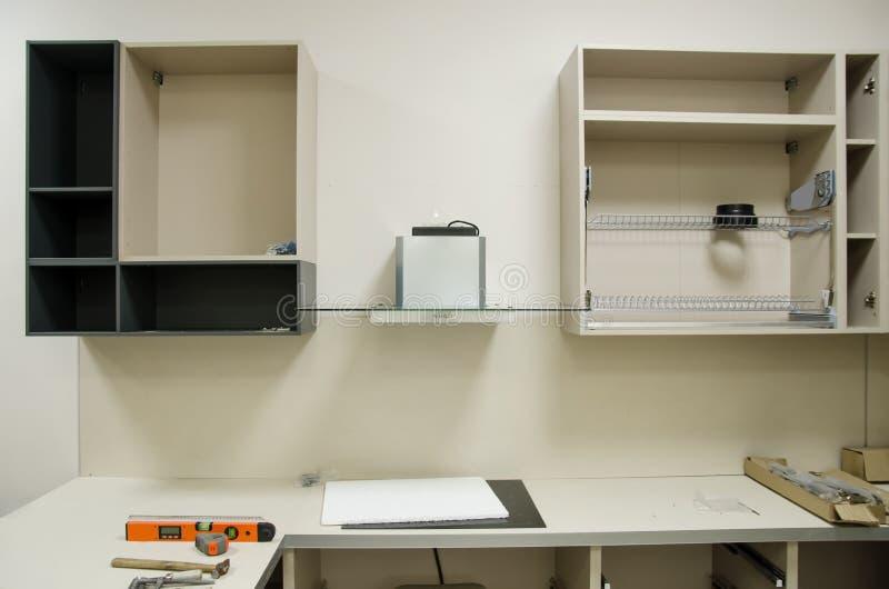 Τα νέα ανοικτά έπιπλα κουζινών που προετοιμάζονται για συγκεντρώνουν εγκατάσταση των επίπλων κουζινών από μόνοι σας στοκ φωτογραφίες