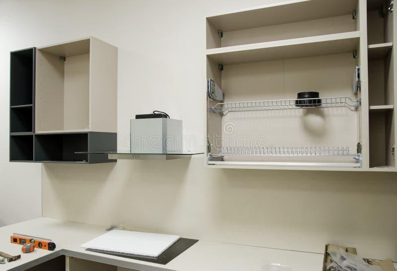 Τα νέα ανοικτά έπιπλα κουζινών που προετοιμάζονται για συγκεντρώνουν εγκατάσταση των επίπλων κουζινών από μόνοι σας στοκ εικόνες