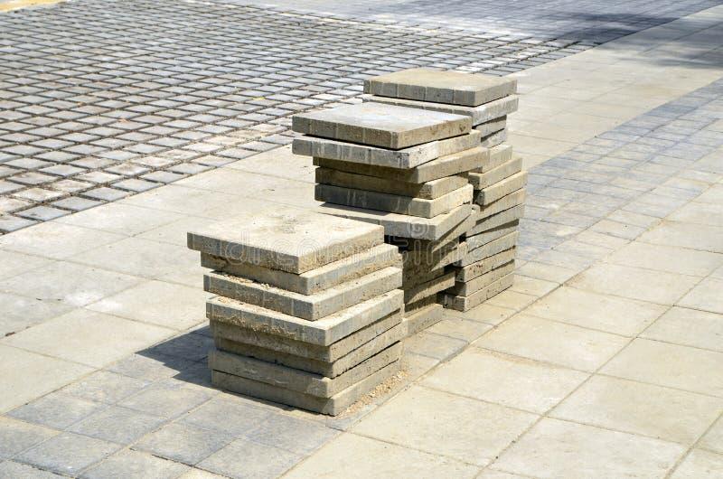 τα νέα κεραμίδια οδικών πεζοδρομίων πεζοδρομίων κατασκευής λειτουργούν στοκ εικόνα