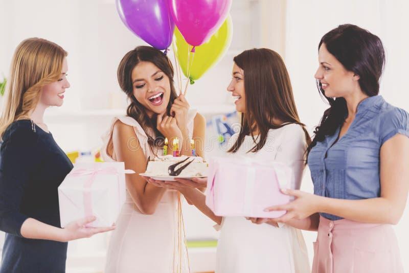 Τα νέα κορίτσια έχουν τη διασκέδαση στο κόμμα Birhtday στο σπίτι στοκ φωτογραφία