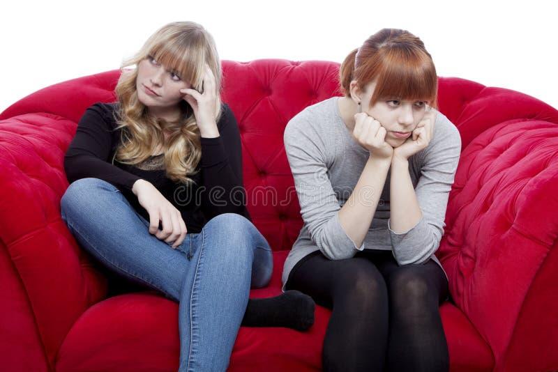 Τα νέα κορίτσια είναι βαριεστημένα και πιεσμένα στοκ φωτογραφία