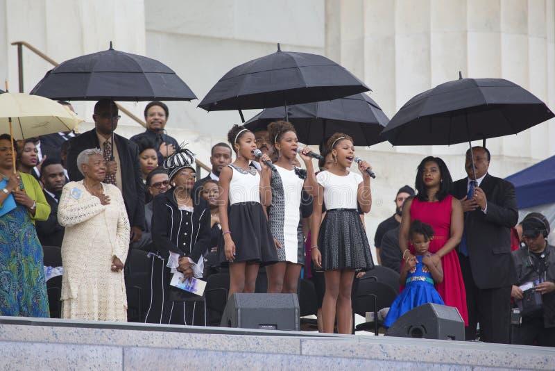 Τα νέα κορίτσια τραγουδούν μπροστά από την οικογένεια βασιλιάδων στοκ φωτογραφίες με δικαίωμα ελεύθερης χρήσης