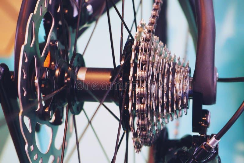 Τα νέα μέρη ποδηλάτων, gearshift αλυσίδων, μετάδοση, συνδέουν την κασέτα, στενός επάνω υποβάθρου στοκ εικόνα