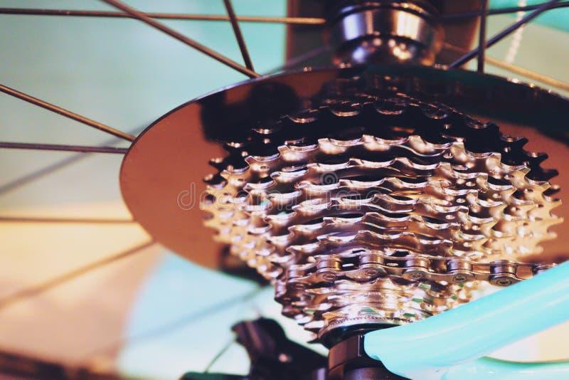 Τα νέα μέρη ποδηλάτων, gearshift αλυσίδων, μετάδοση, συνδέουν την κασέτα, στενός επάνω υποβάθρου στοκ φωτογραφία με δικαίωμα ελεύθερης χρήσης