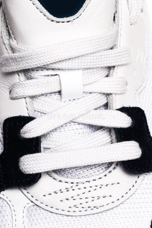 Τα νέα πάνινα παπούτσια στο άσπρο υπόβαθρο, κλείνουν επάνω την άποψη στοκ φωτογραφία με δικαίωμα ελεύθερης χρήσης