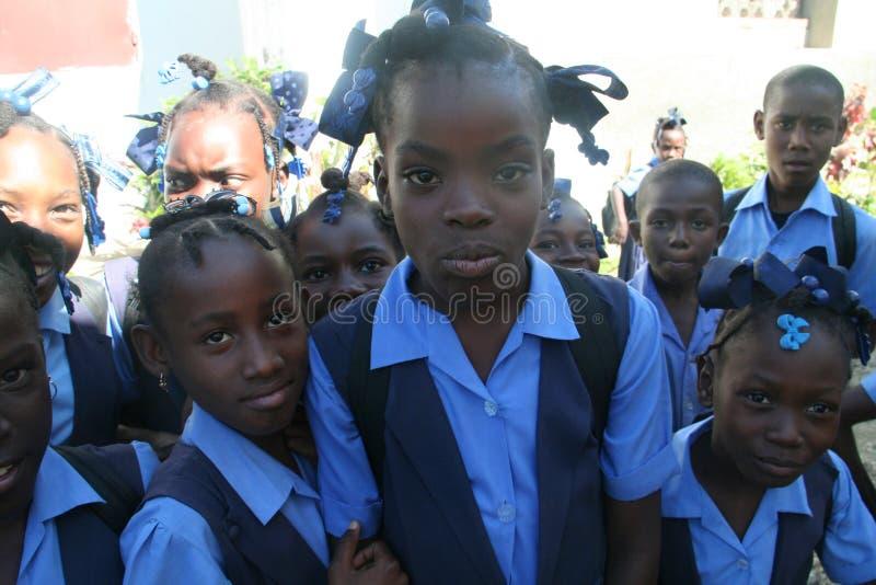 Τα νέα παιδιά σχολείου θέτουν περίεργα για τη κάμερα στο αγροτικό χωριό στοκ φωτογραφίες
