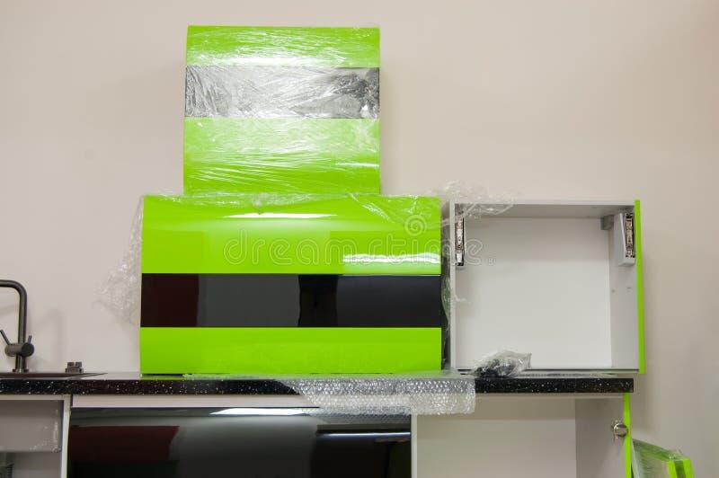 Τα νέα στιλπνά έπιπλα κουζινών που προετοιμάζονται για συγκεντρώνουν εγκατάσταση των επίπλων κουζινών από μόνοι σας στοκ εικόνες
