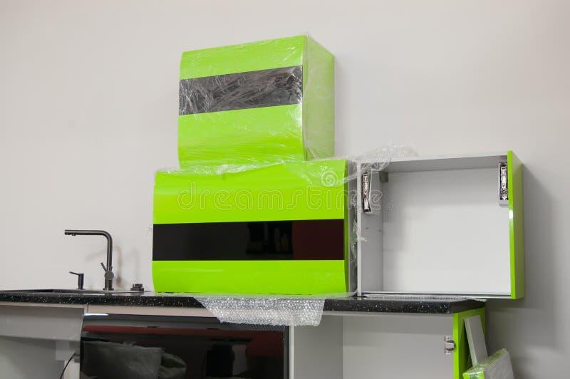 Τα νέα στιλπνά πράσινος-μαύρα χρώματα επίπλων κουζινών που προετοιμάζονται για συγκεντρώνουν στοκ εικόνες