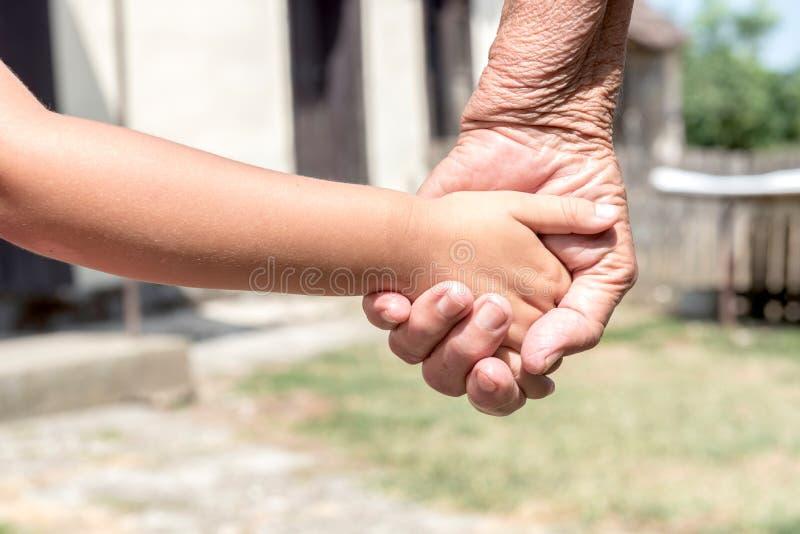 Τα νέα χέρια από παλαιά στοκ φωτογραφία με δικαίωμα ελεύθερης χρήσης