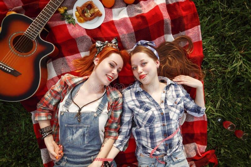 Τα νέα όμορφα χαμογελώντας κορίτσια έντυσαν στην καρφίτσα επάνω στο ύφος στοκ εικόνες με δικαίωμα ελεύθερης χρήσης
