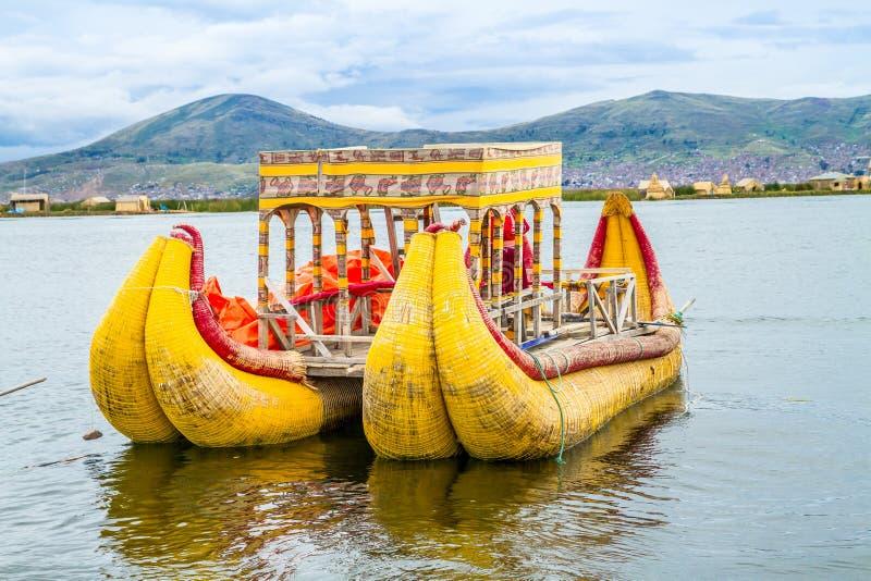 Τα να επιπλεύσει και τουριστών νησιά της λίμνης Titicaca στοκ εικόνα