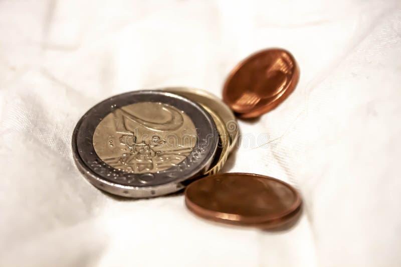 Τα νομίσματα σε ένα φύλλο, τα σεντ, τα ευρώ, ή άλλες νομίσματα ή περικοπές, εάν σκέφτεστε για το, αυτό είναι τόνοι του μετάλλου π στοκ φωτογραφία