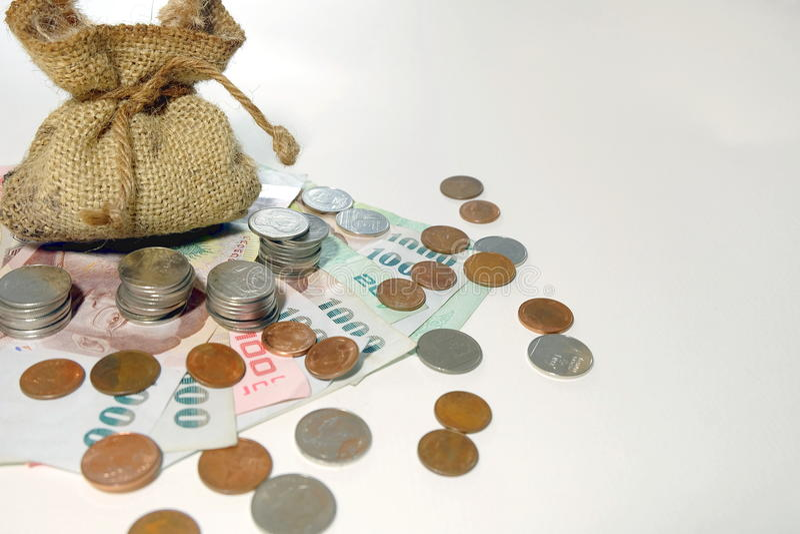 Τα νομίσματα χρημάτων προήλθαν από την καφετιά τσάντα χρημάτων στοκ φωτογραφία με δικαίωμα ελεύθερης χρήσης