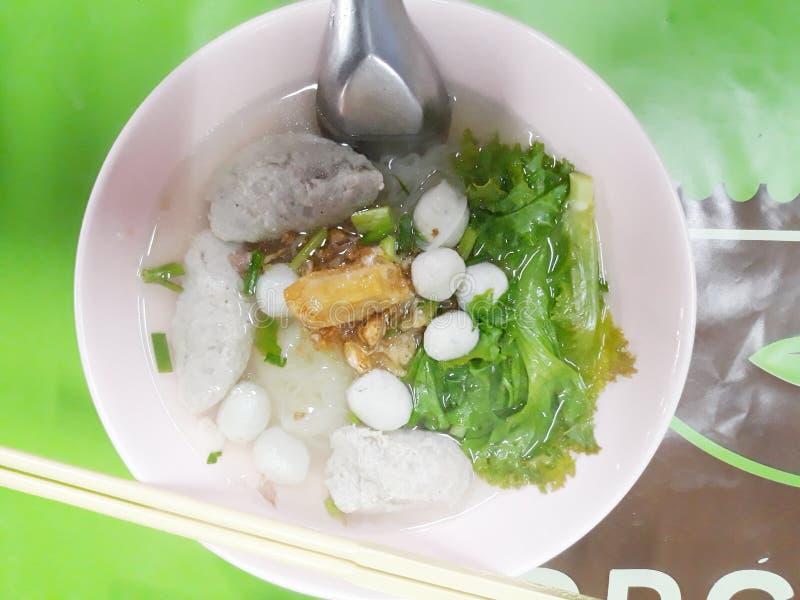 Τα νουντλς είναι κινεζικά τρόφιμα γραμμών που γίνονται από το αλεύρι ρυζιού Θα βραστεί στο βραστό νερό κατόπιν θα τεθεί στους διά στοκ φωτογραφία