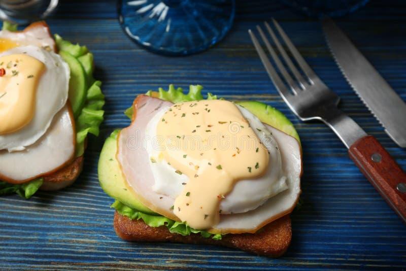 Τα νόστιμα αυγά Benedict εξυπηρέτησαν στοκ εικόνα με δικαίωμα ελεύθερης χρήσης