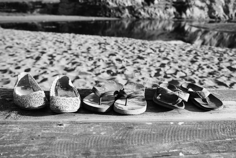 Τα ξεχασμένα παπούτσια παραλιών στοκ εικόνες