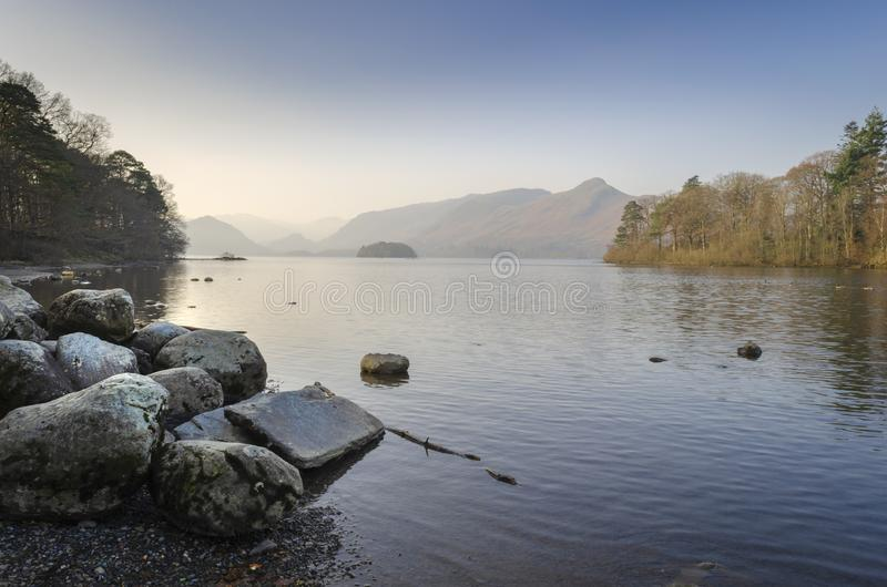 Τα ξημερώματα ακόμα, ήρεμο νερό Derwentwater σε Keswick στην περιοχή λιμνών Cumbrian στο βόρειο τμήμα της Αγγλίας στοκ φωτογραφίες με δικαίωμα ελεύθερης χρήσης